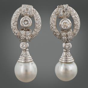 Pareja de pendientes largos desmontables en oro blanco de 18 Kt cuajado de brillantes y perlas.