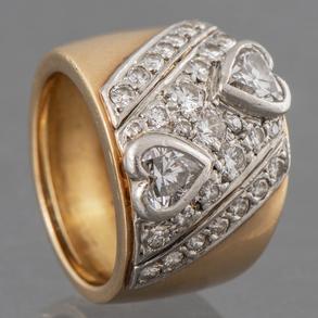 Anillo en oro amarillo de 18 Kt con diamantes talla brillante  y talla corazón.