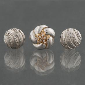 Conjunto de pendientes y colgante en oro blanco de 18 Kt con diamantes talla brillante.