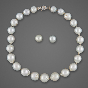 Conjunto de collar y pendientes de perlas japonesas.