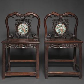 Pareja de sillones chinos en madera tallada con tondo circular en porcelana china familia verde. Trabajo Chino, Siglo XIX