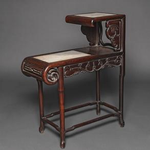 Mueble Chino realizado en madera tallada con dos encimaras de mármol blanco embutidos. Trabajo Chino, Siglo XIX