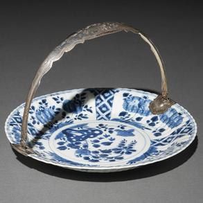 Fuente en forma de cesta en porcelana china azul y blanca. Trabajo Chino, Siglo XVIII