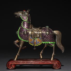 Caballo realizado en plata con aplicaciones en esmalte. Siglo XX