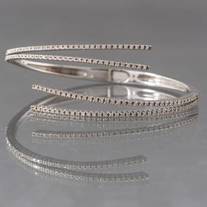 Pulsera flexible en oro blanco de 18 Kt con cuatro bandas cuajadas de brillantes.