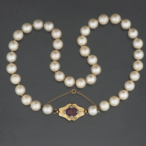 Collar de perlas cultivadas con cierre en oro amarillo de 18 Kt.