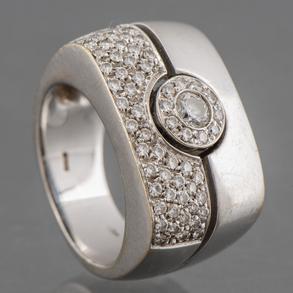 Sortija con sólida montura en oro blanco de 18 Kt y diamante talla brillante.