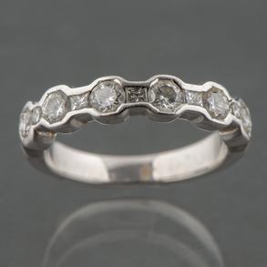 Anillo media alianza en oro blanco con 6 diamantes talla brillante.