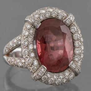 Anillo en oro blanco de 18 Kt y diamantes talla brillante con cuarzo central.