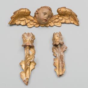 Conjunto compuesto de ángel alado y dos flores en madera tallada y dorada. Trabajo Español, Siglo XVIII
