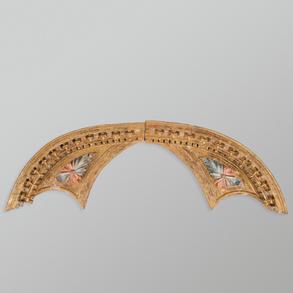 Tímpano compuesto por dos fragmentos en madera tallada y policromada. Trabajo Español, Siglo XVIII