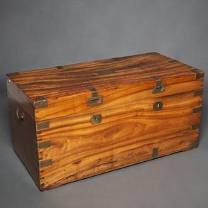 Baúl en madera de alcanfor del siglo XIX