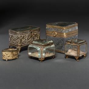 Conjunto de cinco joyeros en cristal y bronce del siglo XIX