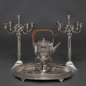 Elegante conjunto de candelabros de cinco luces, bandeja con barandilla calada y Samovar en metal plateado.