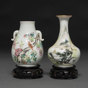 Conjunto de dos jarroncitos en porcelana china. Trabajo Chino, Siglo XX