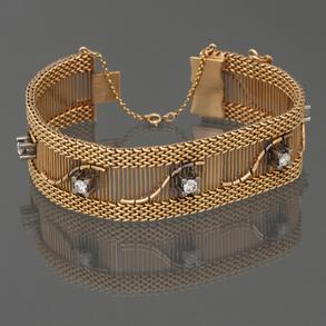Pulsera ancha de malla en oro amarillo de 18 Kt con diamantes talla brillante.