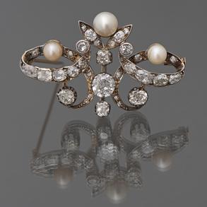 Broche antiguo montado en oro amarillo de 18 Kt con tres perlas y diamantes talla brillante.