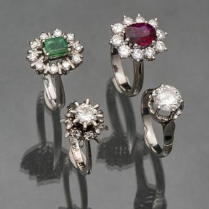 Conjunto de cuatro anillos con monturas en oro blanco , rubíes, esmeralda y diamantes talla brillante.