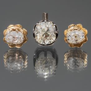 Conjunto de pendientes  de diamantes talla esmeralda con montura en oro amarillo de 18 Kt. y diamante talla cushion de 1,10 Qt. (Aprox)