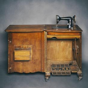 Maquina de coser a pedal con correa de transmisión modelo Sigma. Años 50-60