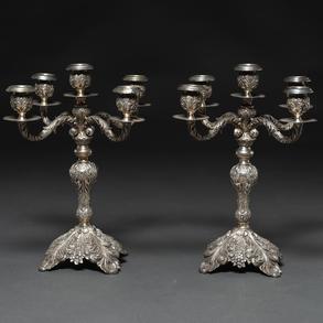 Pareja de candelabros de cinco luces en plata española punzonadal. Ley, 925, Siglo XX.