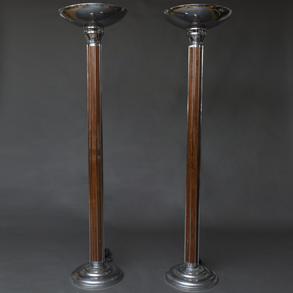 Pareja de lámparas de pie estilo Art Decó en madera y metal plateado.