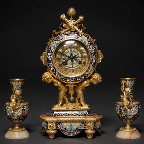 Oudin-Marseille Reloj de sobremesa francés con guarnición de copas estilo Louis XVI en bronce dorado y esmalte cloisonné. Siglo XIX