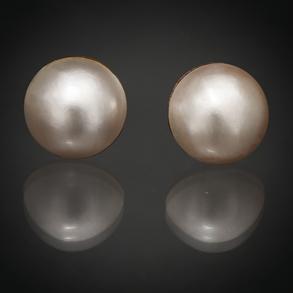 Pareja de pendientes de perlas japonesas con montura en oro amarillo de 18 Kt.