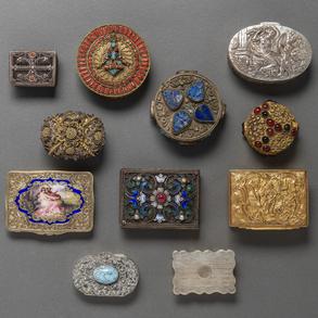 Conjunto de 8 cajas de rape en plata española y tres cajas circulares en metal dorado.