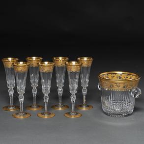 Conjunto de siete copas de Champagne y cubitera en cristal francés tallado de San Luís. Siglo XX.