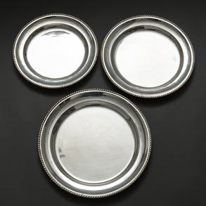 Conjunto de tres bandejas circulares en plata española punzonada. Ley, 925, Siglo XX