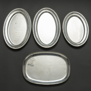 Conjunto de tres fuentes y una bandeja en plata española punzonada. Ley, 925. Siglo XX.