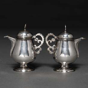 Conjunto de dos vinajeras en plata española punzonada, Siglo XIX.