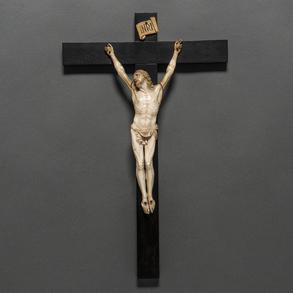 Figura de Cristo crucificado de cuatro clavos en marfil tallado sobre cruz latina en madera. Siglo XIX