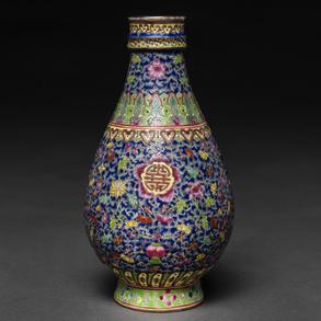 Jarroncito en porcelana China familia rosa. Trabajo Chino, Siglo XX