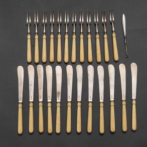 Conjunto de doce cuchillos de plata inglesa punzonada y 12 tenedores de dos puntas.