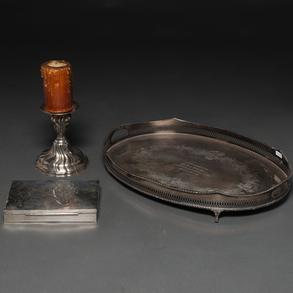 Conjunto de candelero, caja de puros y bandeja para servir en plata punzonada. Siglo XX