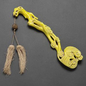 Ruyi en porcelana china color amarillo. Trabajo Chino, Siglo XIX-XX