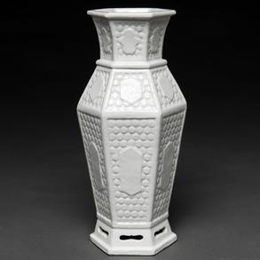 Jarrón  hexagonal en porcelana Blanc de Chine. Trabajo Chino, Finales del siglo XVIII-XIX