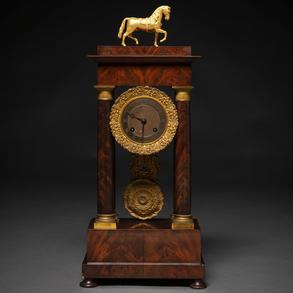 Reloj de sobremesa francés época restauración en madera de palma de caoba. Siglo XIX