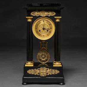 Reloj de sobremesa francés Napoleón III en madera ebonizada en negro. Siglo XIX