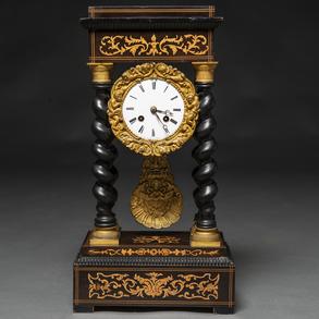Reloj francés Napoleón III en madera ebonizada con marquetería floral. Siglo XIX