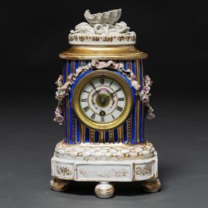 Reloj de mesa estilo Luís XVI en porcelana esmaltada. Trabajo Francés, Siglo XIX