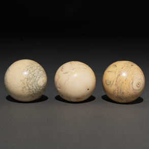 Conjunto de tres bolas de marfil talladas en marfil, Finales del Siglo XIX-XX