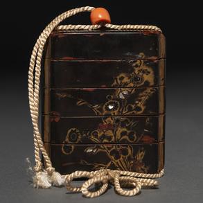 Inró Japonés en laca negra y dorada con motivos florales. Trabajo Japonés, Siglo XIX