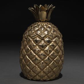 Recipiente en forma de piña realizada en bronce dorado. Siglo XX