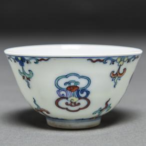 Taza en porcelana china de Doucai. Trabajo Chino, Siglo XIX -XX