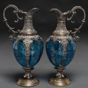 Pareja de jarras de agua en cristal azul con aplicaciones en metal plateado.  Trabajo Alemán, Siglo XX