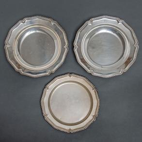 Conjunto de tres fuentes en plata española punzonada. Siglo XX