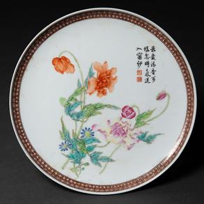 Plato en porcelana china pintado a mano. Trabajo Chino, Siglo XX